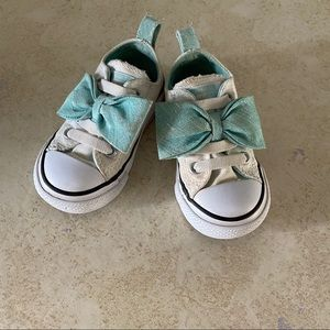 Little girls converse all stars sneakers size 5